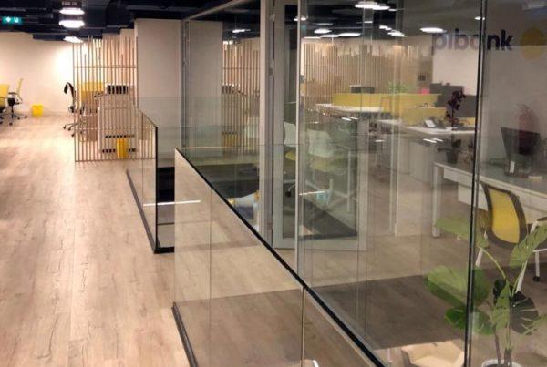 Oficina de Pibank realizada en vidrio laminado